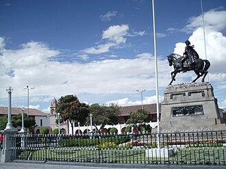 Plaza de Armas (Ayacucho) - Monument to Mariscal Sucre in the Plaza de Armas of Ayacucho.