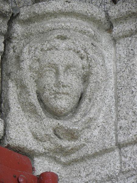Église Saint-Joseph de Pontivy (56). Façade principale. Console des voûtes du clocher-porche.