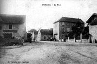 Porcieu-Amblagnieu, la place en 1906, p167 de L'Isère les 533 communes - F Vialatte, phot à Oyonnax.jpg
