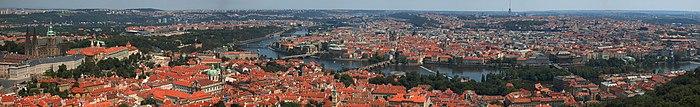 Panorama de la ville: vue sur les toits de la ville avec la rivière qui coule en son centre.