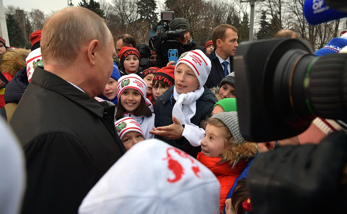 Putin with children 2017-12-26 04.jpg