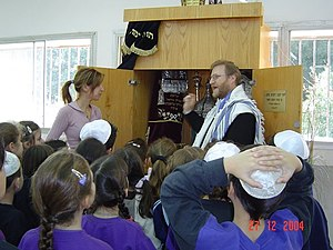 Rabbi - Rabbi instructing children in 2004