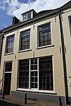 Huis bestaande uit twee bouwlagen met kap loodrecht op de straat en een kelder met tongewelf