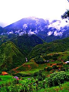 Fotografia das colinas de montanha de Sa Pa com a atividade agrícola exibida em primeiro plano