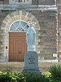 Saint-Damase - Statue devant l'église.JPG