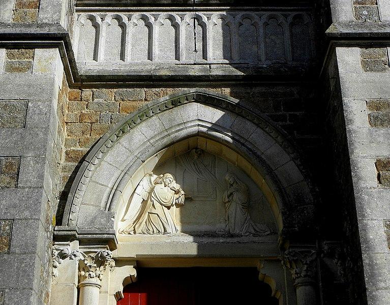 L'église Notre-Dame-de-l'Assomption, lieudit Mégaudais, commune de Saint-Pierre-des-Landes (53). Tympan du portail de la façade principale. Annonciation.