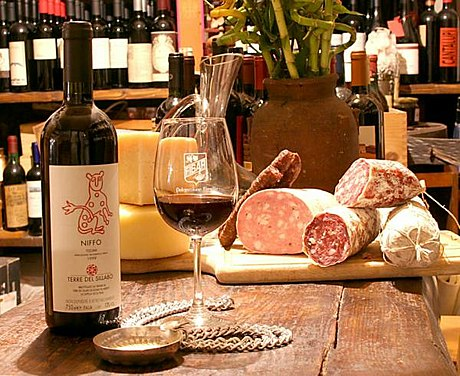An assortment of Tuscan foods (from Lucca): various wine and cheese, and different sorts of salamis and hams Salumi e vino lucchese.JPG
