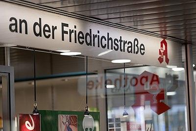 Schaufenster und Beschriftung der Apotheke an der Friedrichstraße in Tübingen.jpg