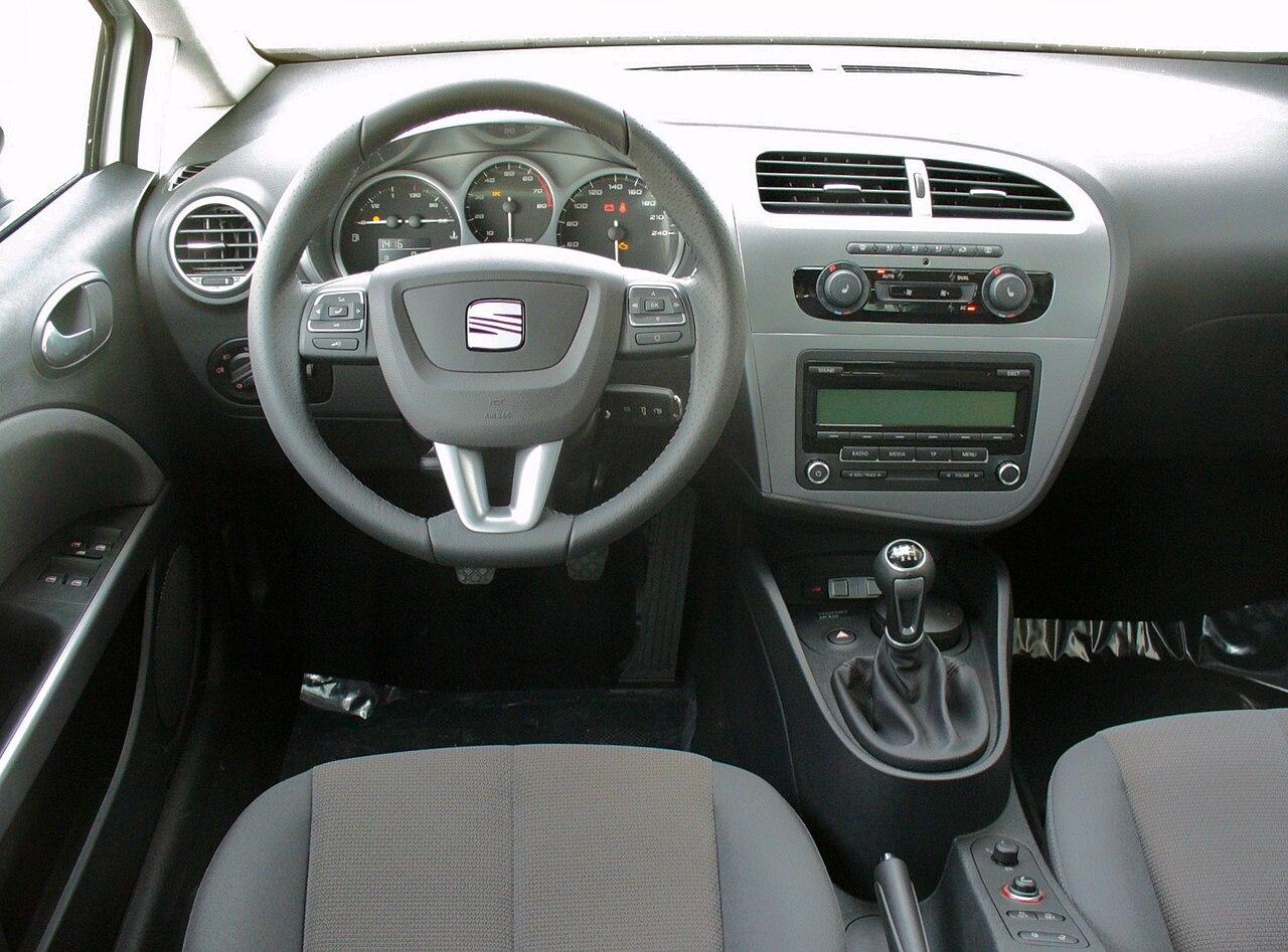 https://upload.wikimedia.org/wikipedia/commons/thumb/3/3a/Seat_Leon_1P_Facelift_1.4_TSI_Style_Candywei%C3%9F_Interieur.JPG/1280px-Seat_Leon_1P_Facelift_1.4_TSI_Style_Candywei%C3%9F_Interieur.JPG