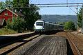 Skollenborg stasjon med tog NSB type 72, TRS 060715 029.jpg
