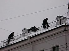 Fichier:Snow removal from roof.ogv
