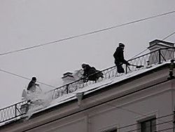 Файл:Snow removal from roof.ogv