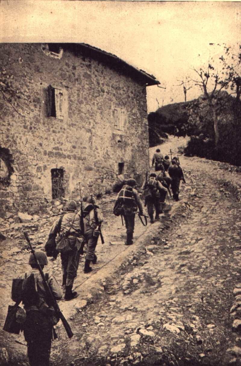 Soldati brasiliani della FEB attraversano Sassomolare verso casa Vornetti per portarsi al punto di osservazione della Coda