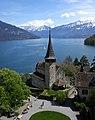Spiezer Schlosskirche mit Thuner See und Alpen.jpg