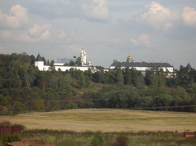 http://upload.wikimedia.org/wikipedia/commons/thumb/3/3a/St._Savva_Monastery_in_Zvenigorod.JPG/640px-St._Savva_Monastery_in_Zvenigorod.JPG?uselang=ru