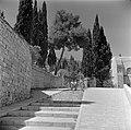 Straatje in Ein Karem met trappen en drie wandelaars, Bestanddeelnr 255-0434.jpg