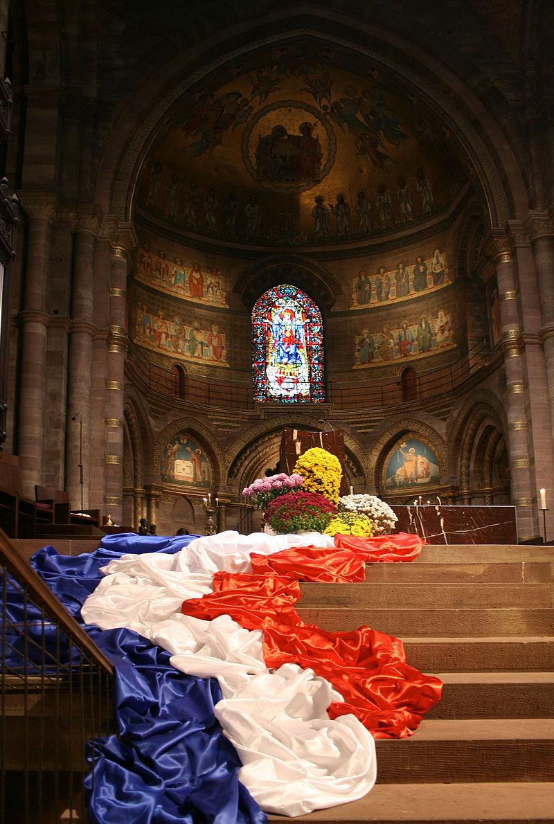 Bon Jeudi 800px-Strasbourg_Cath%C3%A9drale_Notre-Dame_pavoisement_du_ch%C5%93ur_novembre_2012