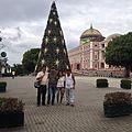 Teatro Amazonas Natal em Manaus vista lateral lado frontal esquerdo com amigos da Venezuela em visita a cidade de Manaus dia 23 de Dez 2015 - panoramio.jpg
