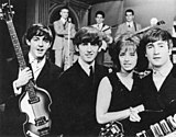 McCartney, Harrison, cantora pop sueca Lill-Babs e Lennon no set do programa sueco Drop-In, 30 de outubro de 1963.