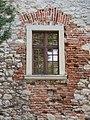 Thury-vár, északkeleti fal, ablak, 2017 Várpalota.jpg