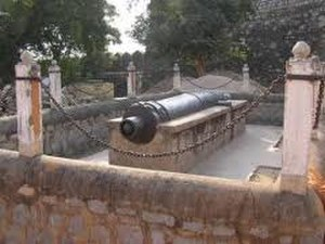 Jhansi - Karak Bijli Toop; one of the cannon at the fort