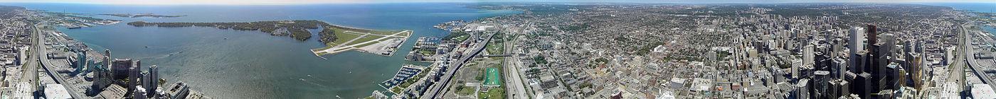 Круговая панорама Торонто. Вид с Си-Эн Тауэр. По центру вдали озеро Онтарио, слева от пролива городской аэропорт имени Билли Бишопа.