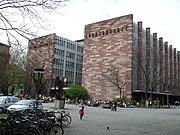 Juristische (l.) und Wirtschaftswissenschaftliche (r.) Fakultäten der Universität