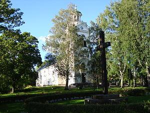 Västanfors Church - Image: Västanfors kyrka och korset på kyrkogården