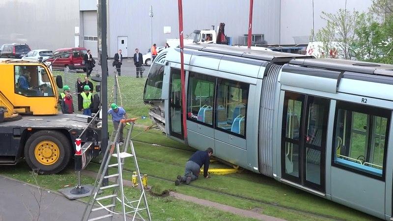 File:Valenciennes & Anzin - Déraillement de la rame de tramway n° 17 à la sortie du dépôt de Saint-Waast le 11 avril 2014 (036A).ogv