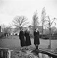 Van de Polls stiefdochters Renée en Hans (rechts) en een onbekende vrouw in de t, Bestanddeelnr 252-1917.jpg