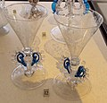 Venezia o façon de venise, coppia di bicchieri con ali decorati a stampo, xvii sec..JPG