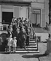 Verjaardag van prinses Juliana. Groepsfoto van personeel paleis Soestijk met pri, Bestanddeelnr 901-7001.jpg