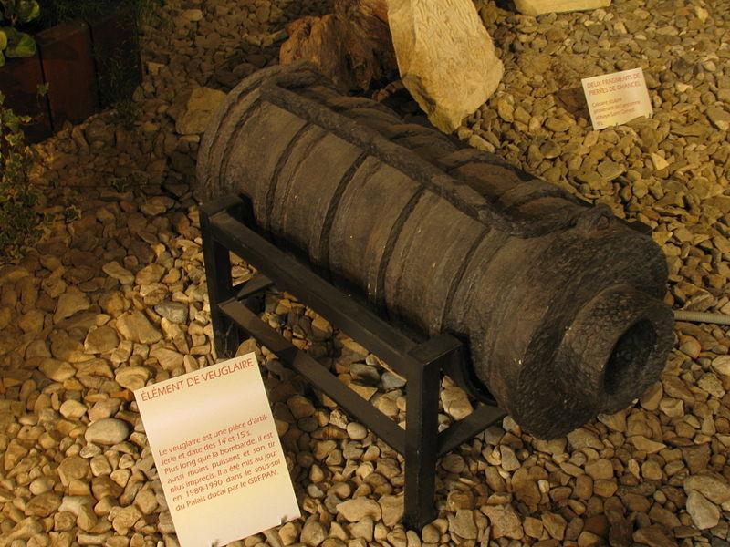 Élément de veuglaire (XIVe-XVe siècle), mis au jour en 1989-1990 lors de fouilles sur le site du palais ducal de Nevers (Nièvre). Visible à l'office de tourisme de Nevers (Palais ducal)