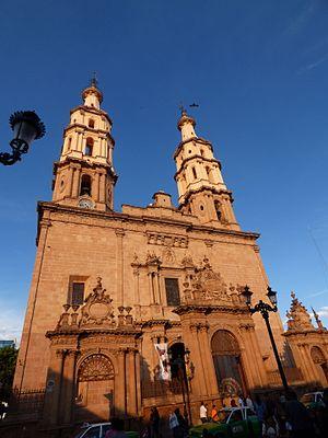 Cathedral Basilica of Our Lady of the Light, León - Image: Vista de la Catedral de León (México) al atardecer. 01