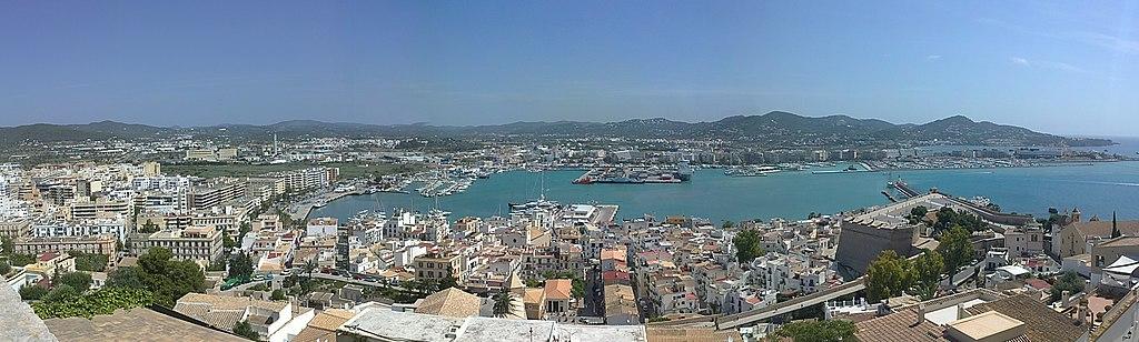 Blick von der Aussichtsplattform Mirador del Rey Jaume I auf Ibiza-Stadt und den Hafen von Ibiza