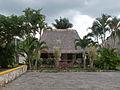 Vivenda na entrada dun cenote en Chichén Itzá. Quintana Roo. México.jpg