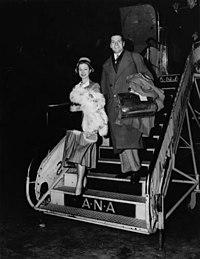 Vivien Leigh and Laurence Olivier disembarking plane, Brisbane 1948.jpg