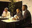 Mahamane ousmane (rechts) neben quett masire (mitte) und antónio