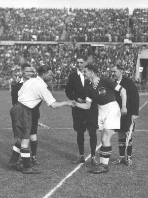 Walter Nausch - Walter Nausch(right) Austria-England Eddie Hapgood (left) (1936)
