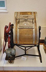http://upload.wikimedia.org/wikipedia/commons/thumb/3/3a/Waschmaschine_Historisch.jpg/180px-Waschmaschine_Historisch.jpg