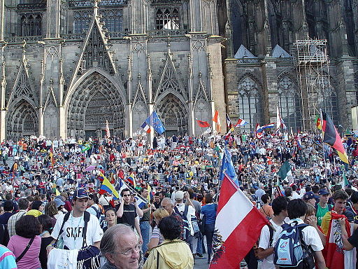 Weltjugendtag-2005-pilgrims-before-cathedral