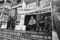 Werknemers chemisch bedrijf Verdugt in Tiel uit protest tegen sluiting vastgeket, Bestanddeelnr 930-2514.jpg