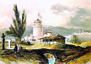Ο Λευκός Πύργος (Beyaz Kule) ή Πύργος του Αίματος (Kanli Kule) υπήρξε Οθωμανική φυλακή για τουλάχιστον τέσσερεις αιώνες. Εδώ σε ζωγραφική αναπαράσταση των αρχών του 19ου αιώνα, όπου φαίνεται και το προτείχισμα που τον περιέβαλε μέχρι και το 1911.