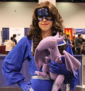 Cosplay de Kitty Pryde ; la peluche représente son dragon Lockheed.