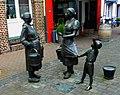 """Xanten, Klever Straße - """"Frauen an der Wasserpumpe"""" Skulpturengruppe von Bonifatius Stirnberg - panoramio.jpg"""