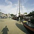 Zicht op haven met omliggende historische gebouwen en boten - Gouda - 20387436 - RCE.jpg