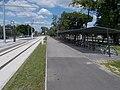'Hódmezővásárhelyi Népkert vasútállomás' Straßenbahnhaltestelle, Fahrradabstellanlage, 2021 Hódmezővásárhely.jpg