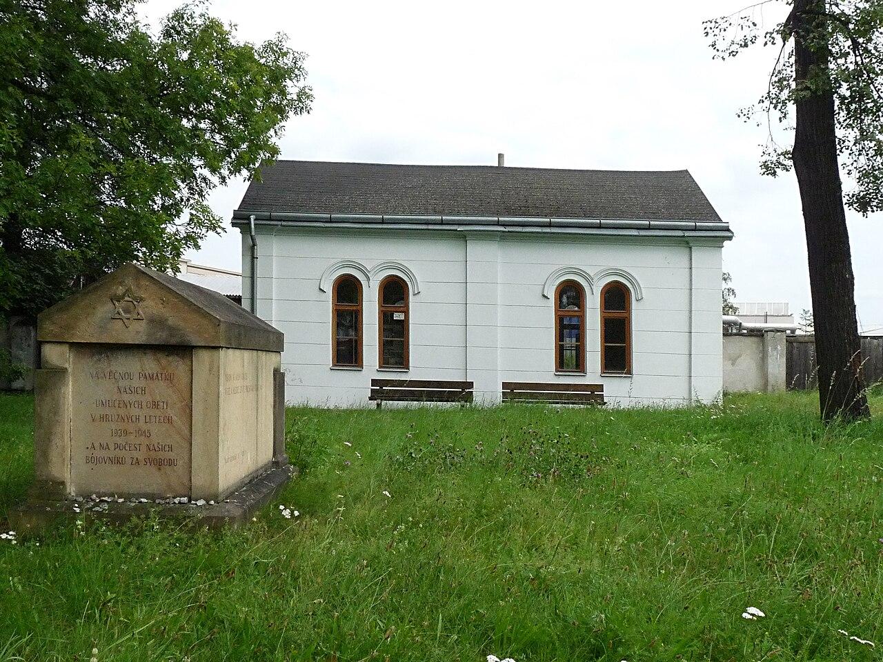 Židovský hřbitov (ČB) - tumba+domek.jpg