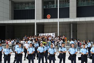 2014 Hong Kong protests - Police officers surround the students protesting at Civic Square (27 September)