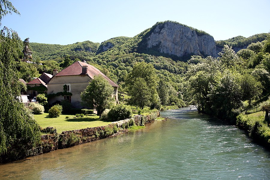 Mouthier-Haute-Pierre  (Doubs - France), the Loue (river) and the neighborhood of the Rue du Pont.